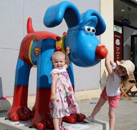 Jessica Abrahams and sister Zoe visit the 'Hero' Gromit at Bristol Harbourside.