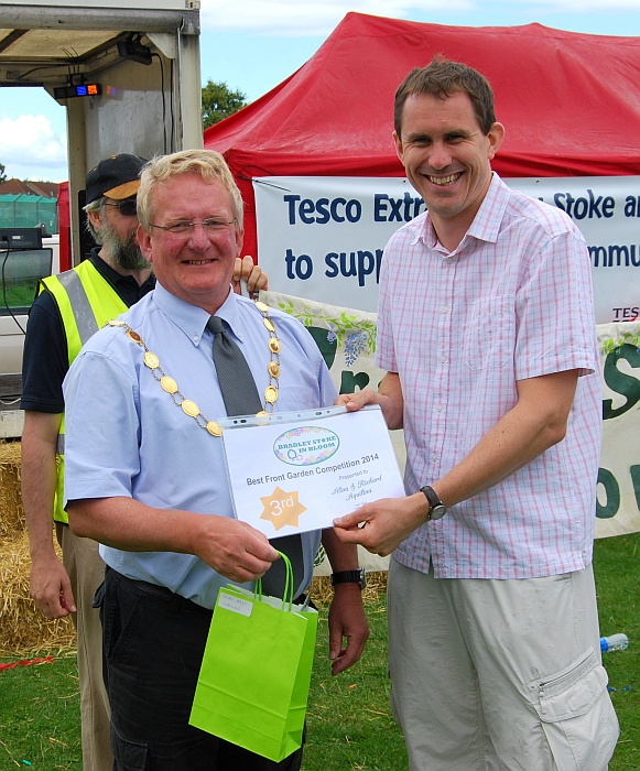 Richard Aquilina (right) receives the 2014 Bradley Stoke in Bloom 'Best Front Garden' 2nd place award from Cllr John Ashe (Mayor of Bradley Stoke).