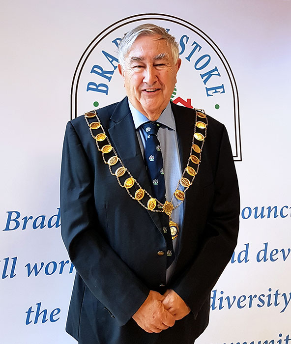 Photo of a councillor wearing a mayoral chain.